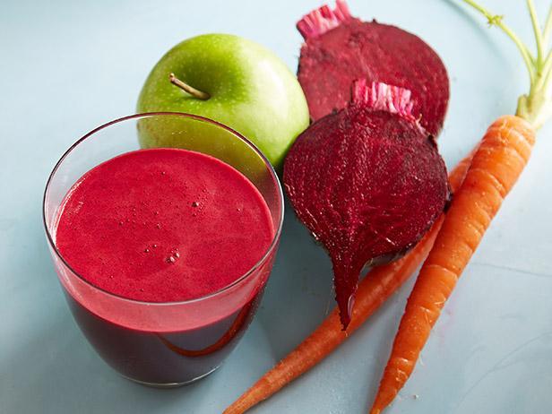 Сок свеклы от давления в стакане и другие овощи, фрукты для вкуса.