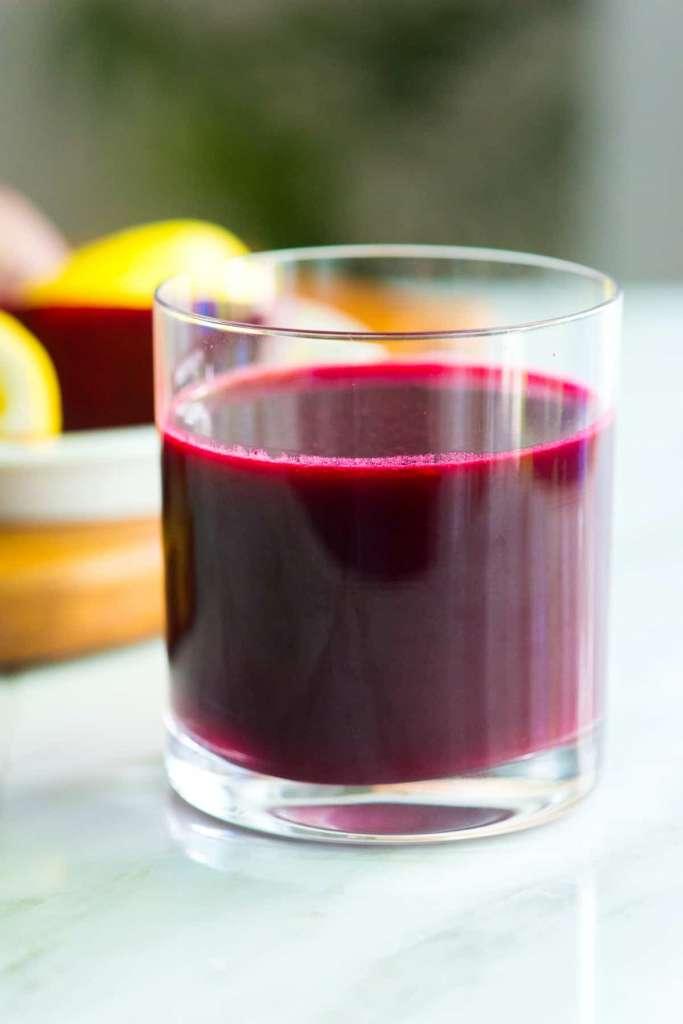 Свекольный сок в стакане.