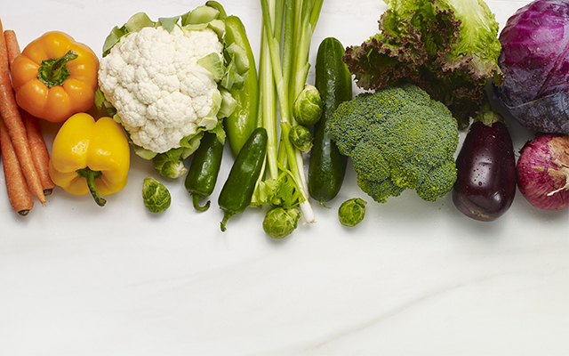 Свежие овощи в ряд (капуста, сорковка, перец).