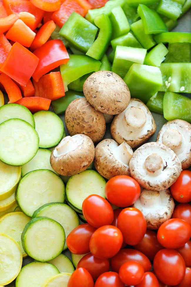 Нарезанные свежие овощи.