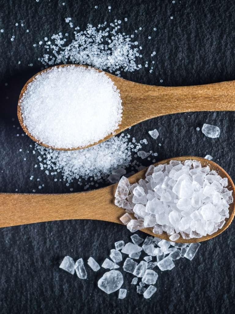 Соль в ложках как средство избавиться от слизней.