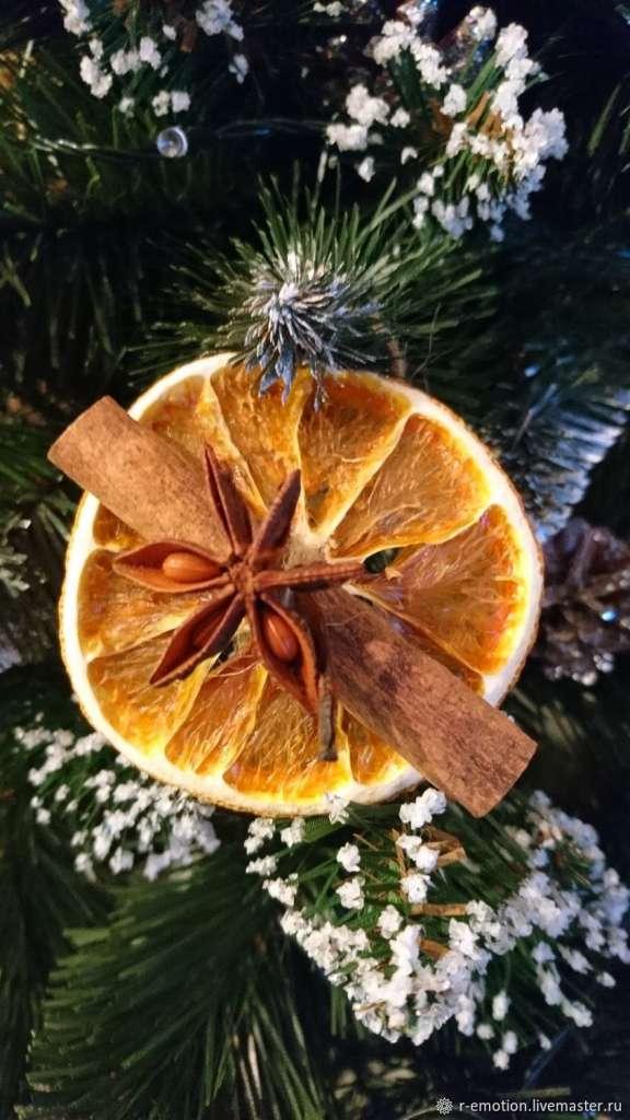 Украшение из корицы и апельсин создадут запах Нового года.