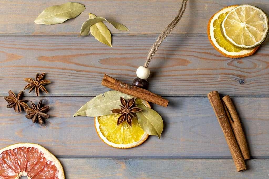 Сушеные апельсины и лимоны с корицей для декора.