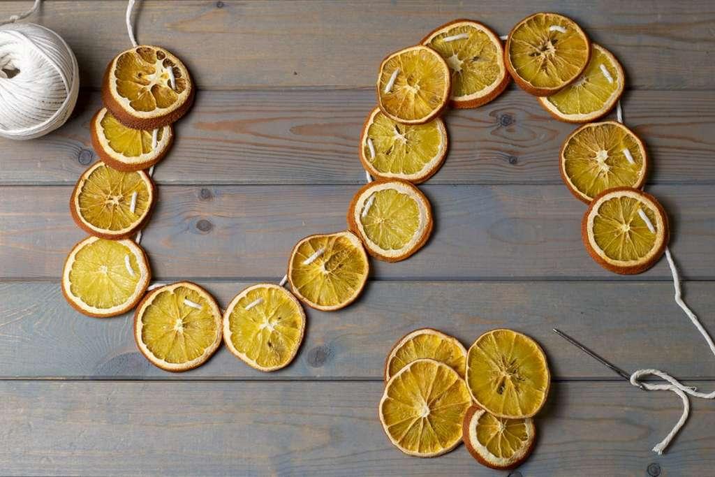 Гирлянда из сушеных лимонов и апельсинов.