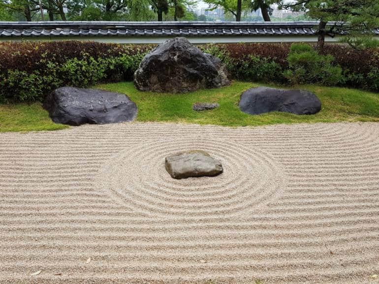 Самый простой в установке и уходе японский сад на даче - дзен сад из песка или гальки.