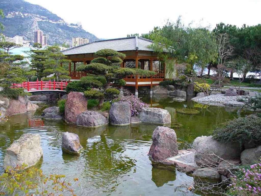 Японский сад с озером.
