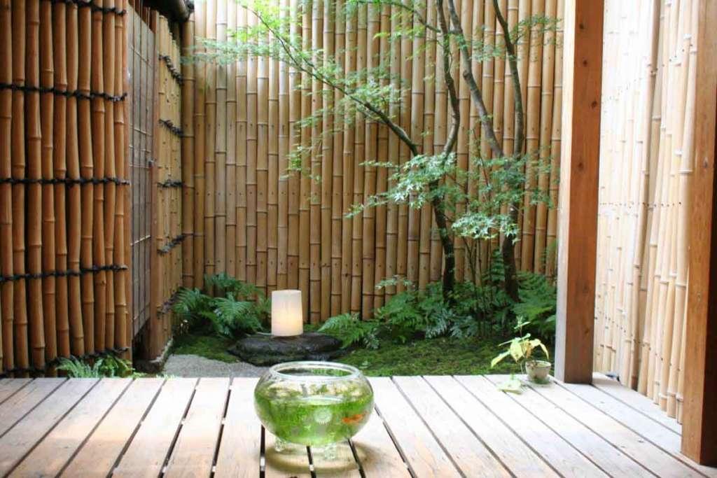 Бамбуковый забор для оформления сада в японском стиле.
