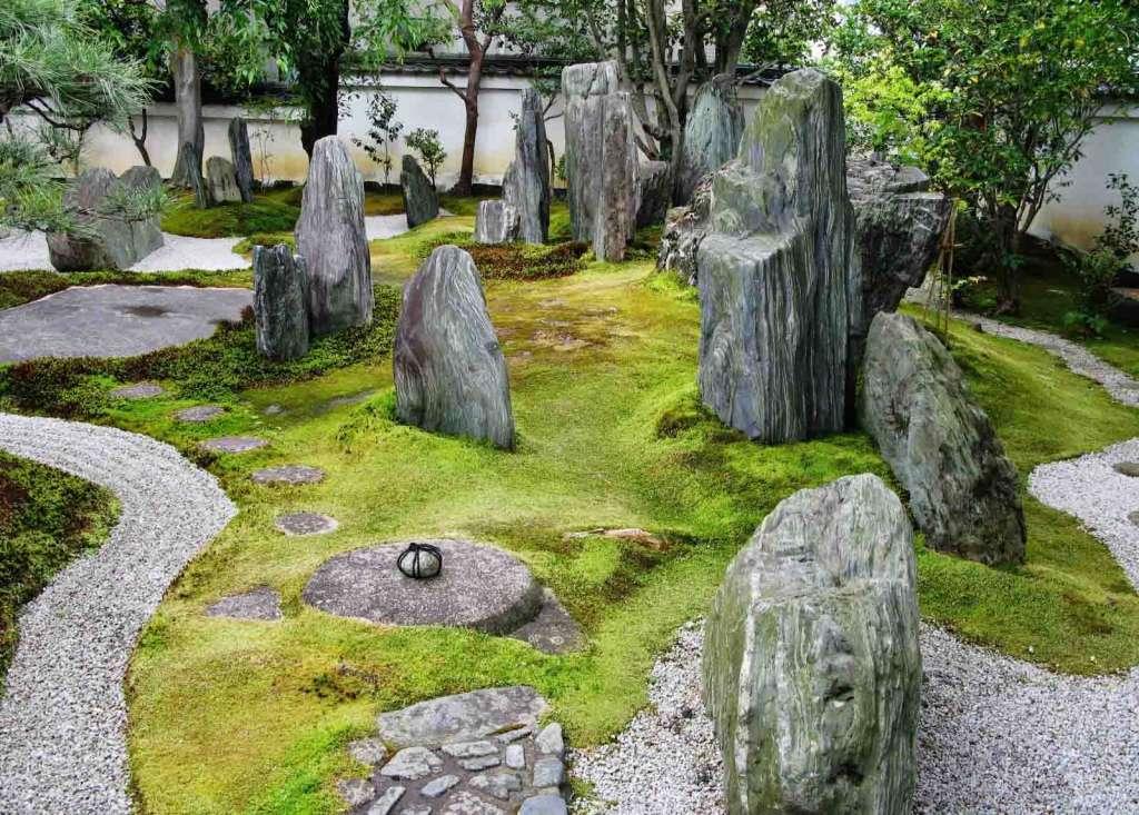 Камни как элемент оформления сада в японском стиле.