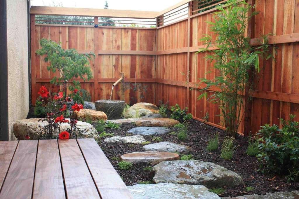 Японский сад на даче с маленьким пространством - внутренний дворик.