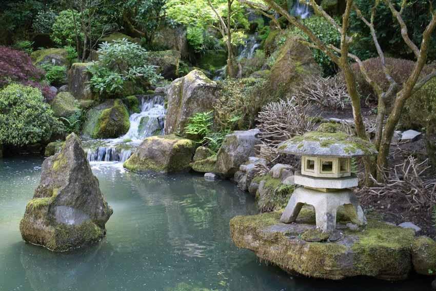 Японский сад с водопадом.