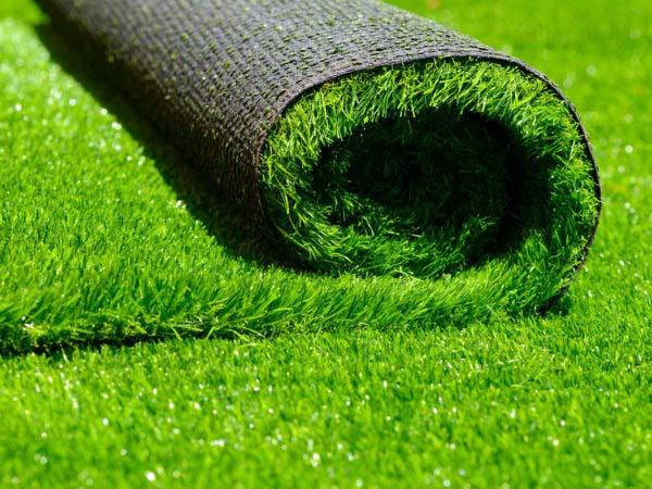 Рулон травы - плюсы искусственного газона.