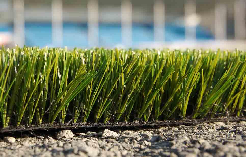 Меньше грязи - плюс искусственного газона.